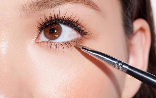 8步打造清透淡妆 迷人电眼学起来