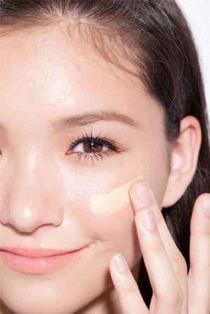 挑选得当本身的粉底产物,一层一层薄薄地上妆才气有薄透天然感。