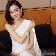 又发现一个小仙女!范玮琪穿白裙又瘦又